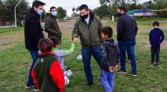 Visitamos las escuelas barriales de fútbol Diego Cabrera y Miguelito, que entrenan detrás del mural del centenario